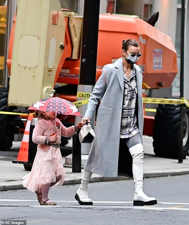 Irina Shayk dẫn con gái Lea đi dạo ở Manhattan ngày 18/3.