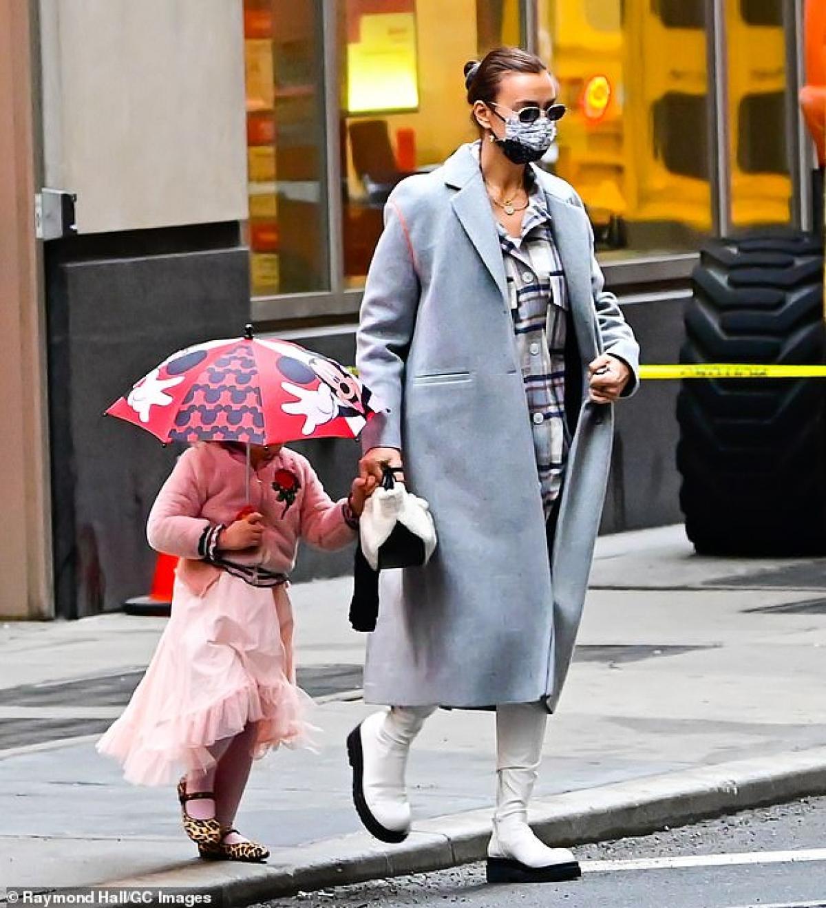 Siêu mẫu Nga diện áo khoác dáng dài và mang boots khỏe khoắn. Bé Lea diện trang phục màu hồng dễ thương.