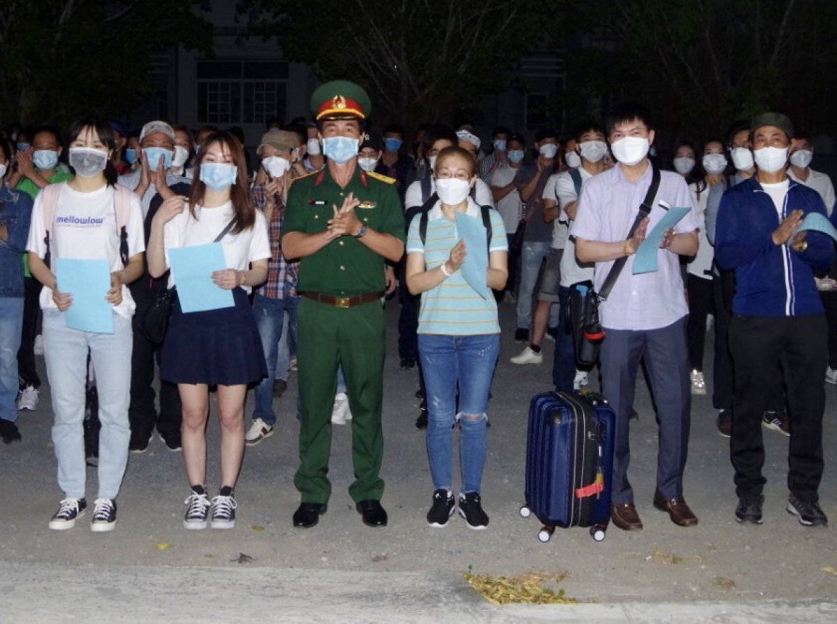 Bộ Chỉ huy quân sự tỉnh Bạc Liêu trao giấy chứng nhận hoàn thành thời gian cách ly y tế tập trung cho các công dân Việt Nam về từ Hàn Quốc
