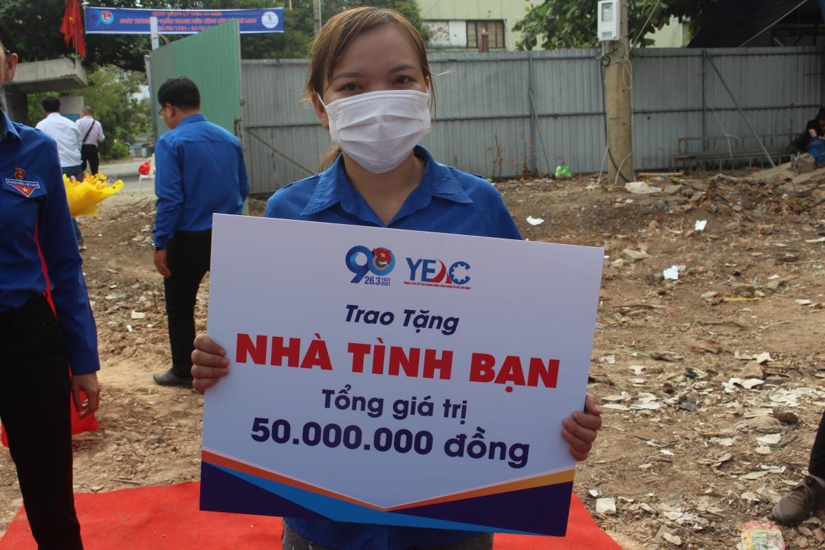 Chị Lê Thị Kim Lệ xúc động khi nhận được căn nhà tình bạn do Thành đoàn TPHCM trao tặng