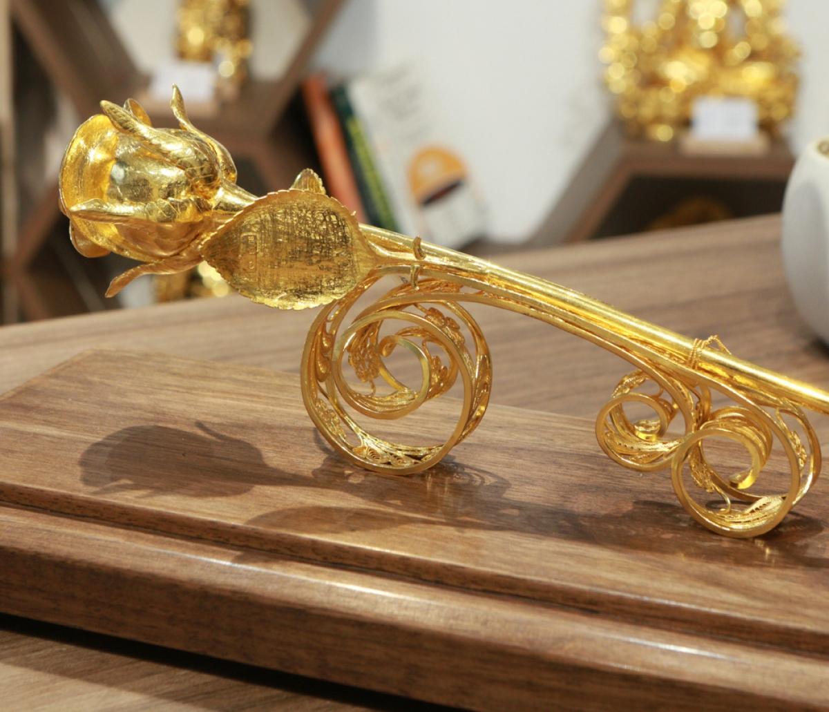 Theo một cửa hàng trên phố Xã Đàn (Đống Đa, Hà Nội), bông hồng đúc bằng vàng 24k nguyên khối được chế tác theo đơn đặt hàng, giá bông hồng này là 330 triệu đồng.