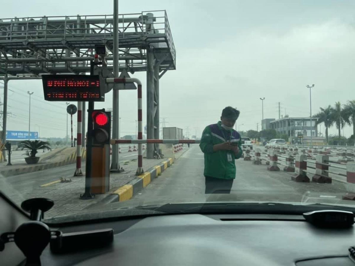 """Ngày 13/3, xe ô tô dán thẻ ePass đi qua trạm thu phí Bắc Giang - Lạng Sơn dù đã trừ tiền trong tài khoản nhưng barie """"nhất định"""" không chịu mở cho xe qua. Xe này sau đó bị trừ 2 lần tiền mới được qua trạm."""