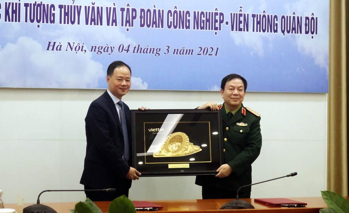 Thiếu tướng Lê Đăng Dũng tặng quà lưu niệm cho Tổng cục trưởng Tổng cục KTTV Trần Hồng Thái.