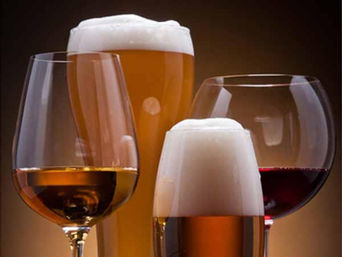 Cồn: Chất cồn trong rượu bia khiến cơ thể bị mất nước, từ đó làm gián đoạn quá trình sản sinh hormone ngủ serotonin. Cồn cũng khiến bạn ngủ không sâu giấc và tỉnh giấc giữa chừng.