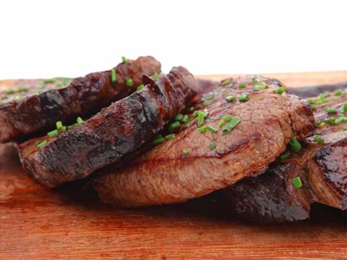 Thực phẩm giàu protein: Các thực phẩm giàu protein, đặc biệt là các loại thịt đỏ, khó tiêu hóa hơn các thực phẩm khác. Protein ngăn sự sản sinh serotonin, khiến bạn tỉnh táo cả đêm.