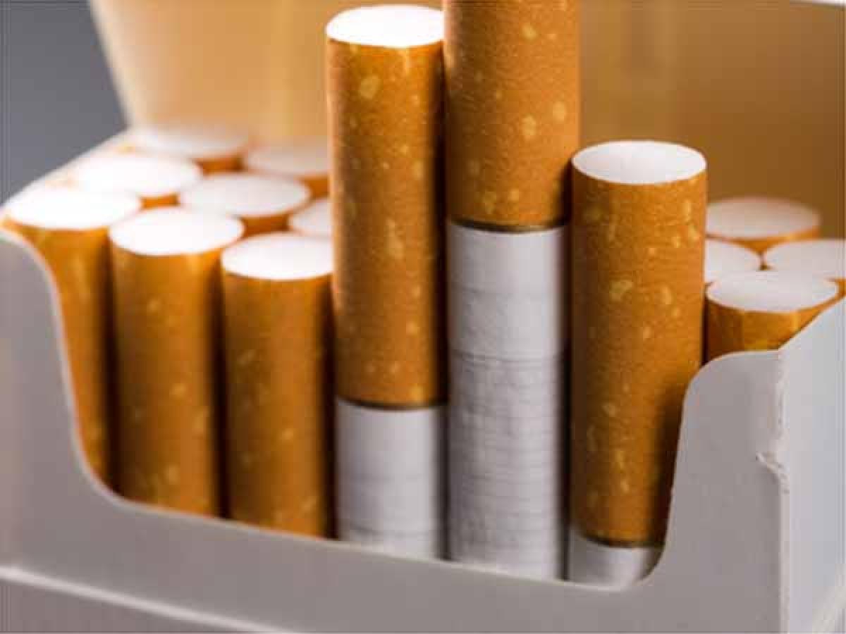 Thuốc lá và nicotin: Thuốc lá kích thích thần kinh, giúp bạn tỉnh táo tức thì, nhưng hệ quả mà nó để lại cho sức khỏe thì vô số kể, bao gồm cả chứng mất ngủ.