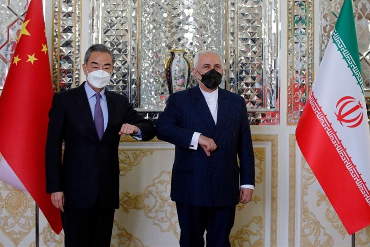 Ngoại trưởng Iran Javad Zarif đón Ngoại trưởng Trung Quốc Vương Nghị ở Tehran ngày 27/3. Ảnh: AFP