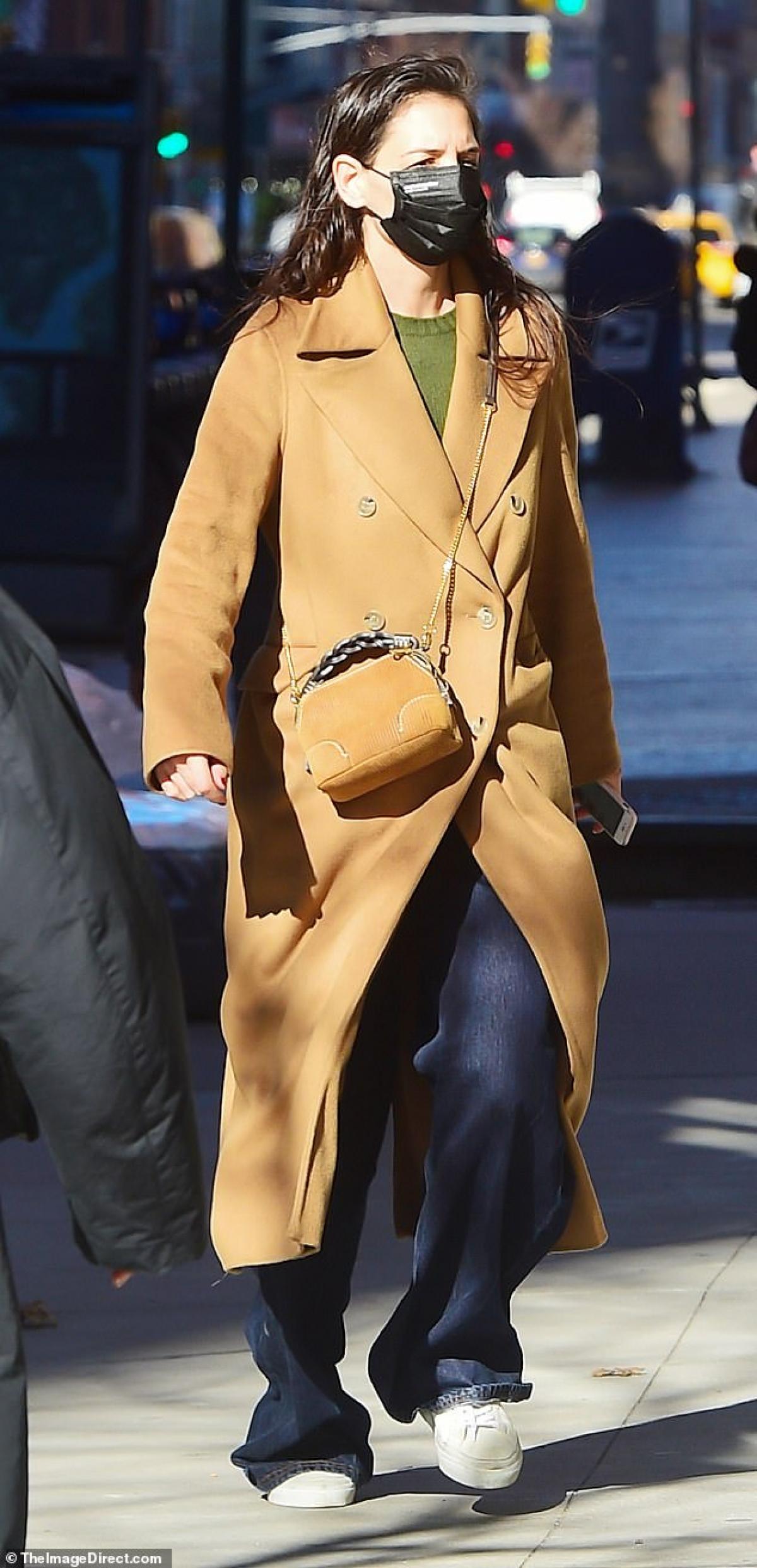 Katie Holmes một mình ra phố lo chuyện công việc ở New York hôm 2/3.