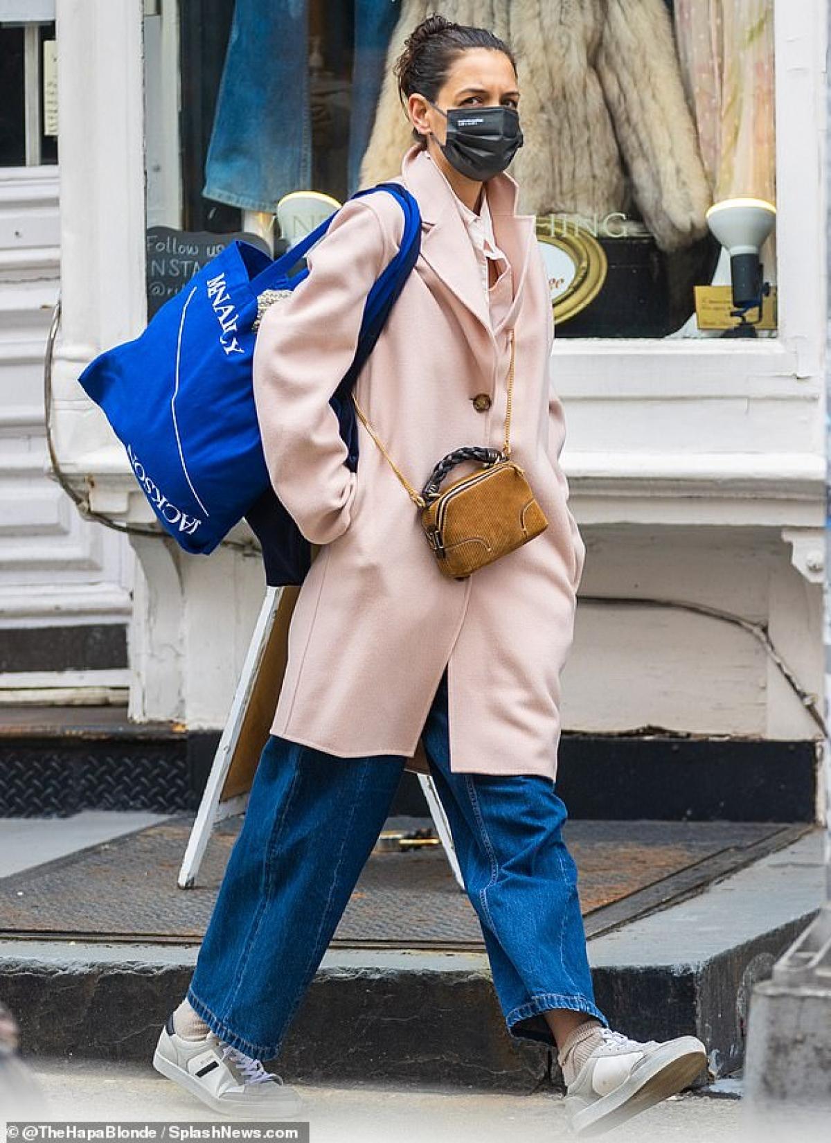 Nữ diễn viên 42 tuổi mặc đồ giản dị, kín đáo và để mặt mộc ra phố.