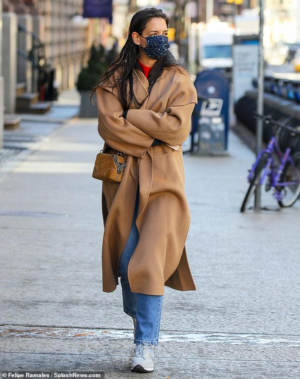 Nữ diễn viên 42 tuổi tự tin để mặt mộc, mặc đồ giản dị xuất hiện trên phố trong tiết trời giá lạnh.