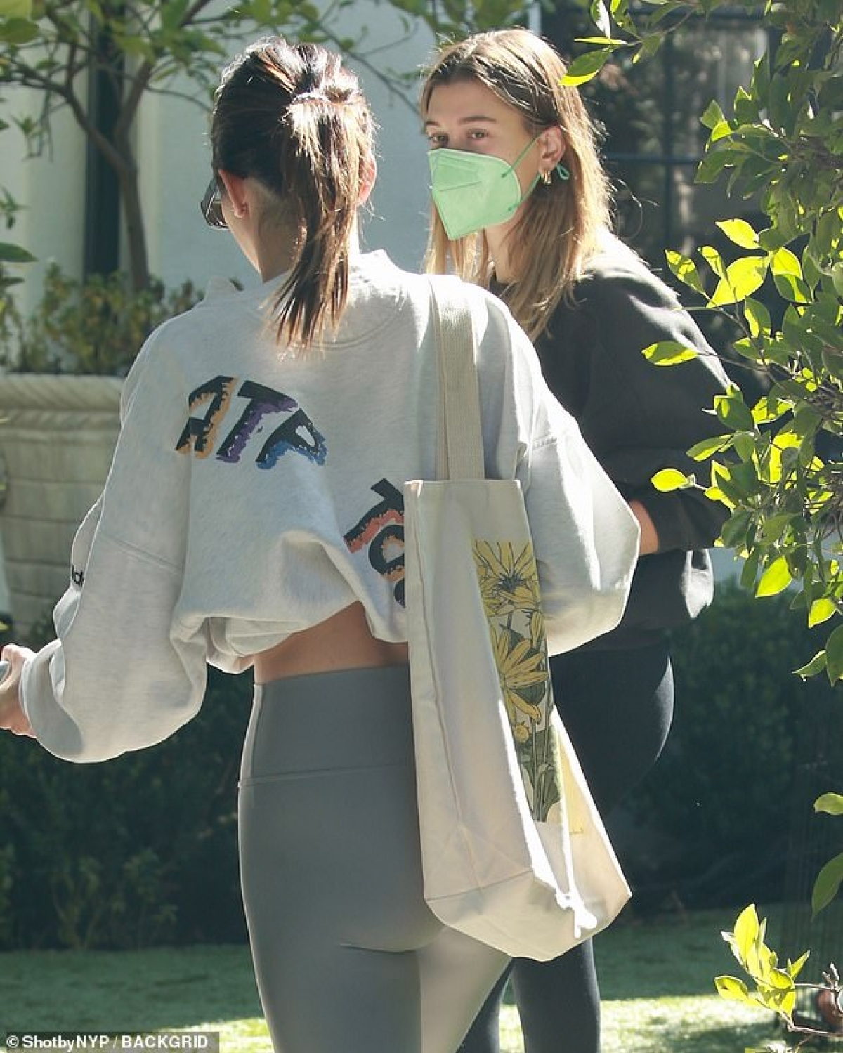 Em gái Kim Kardashian vui vẻ trò chuyện cùng Hailey Baldwin.