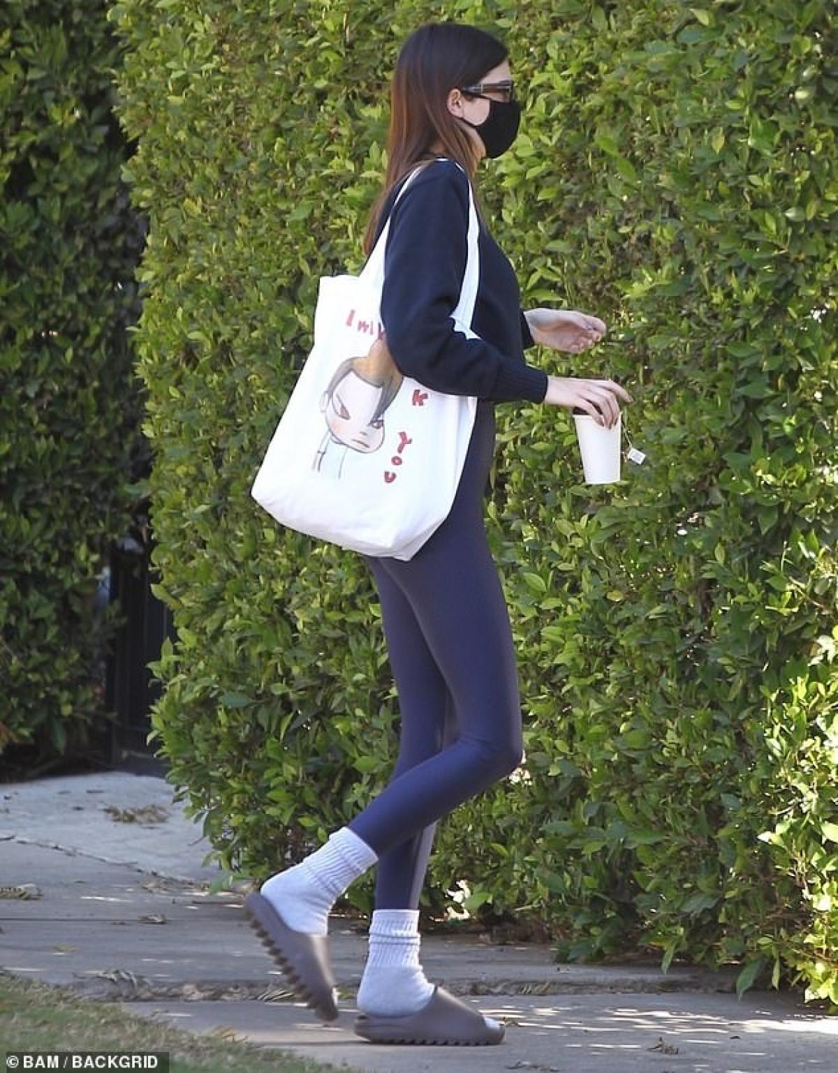 """Kendall Jenner từ vài tháng nay không sánh đôi bên bạn trai Devin Booker, làm dấy lên nghi vấn đã """"đường ai ấy đi""""."""