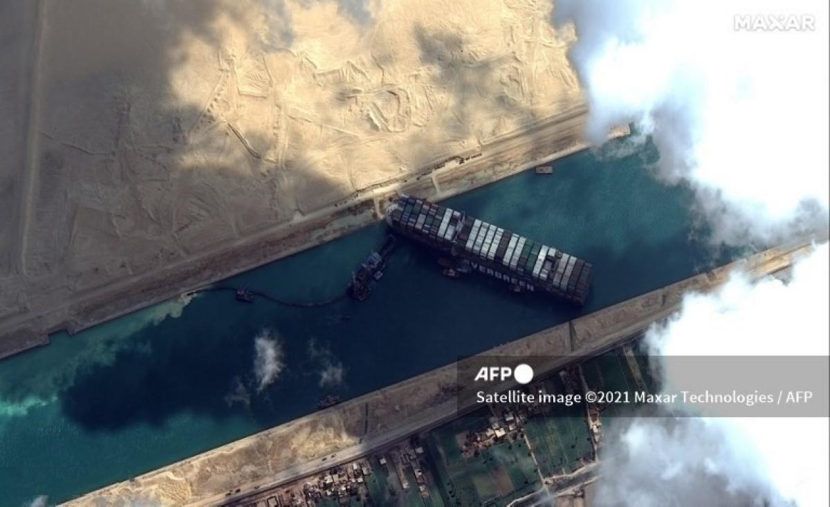 Tàu Ever Given mắc cạn ở kênh đào Suez gây tắc nghẽn tuyến giao thông huyết mạch của thế giới. (Ảnh: AFP)