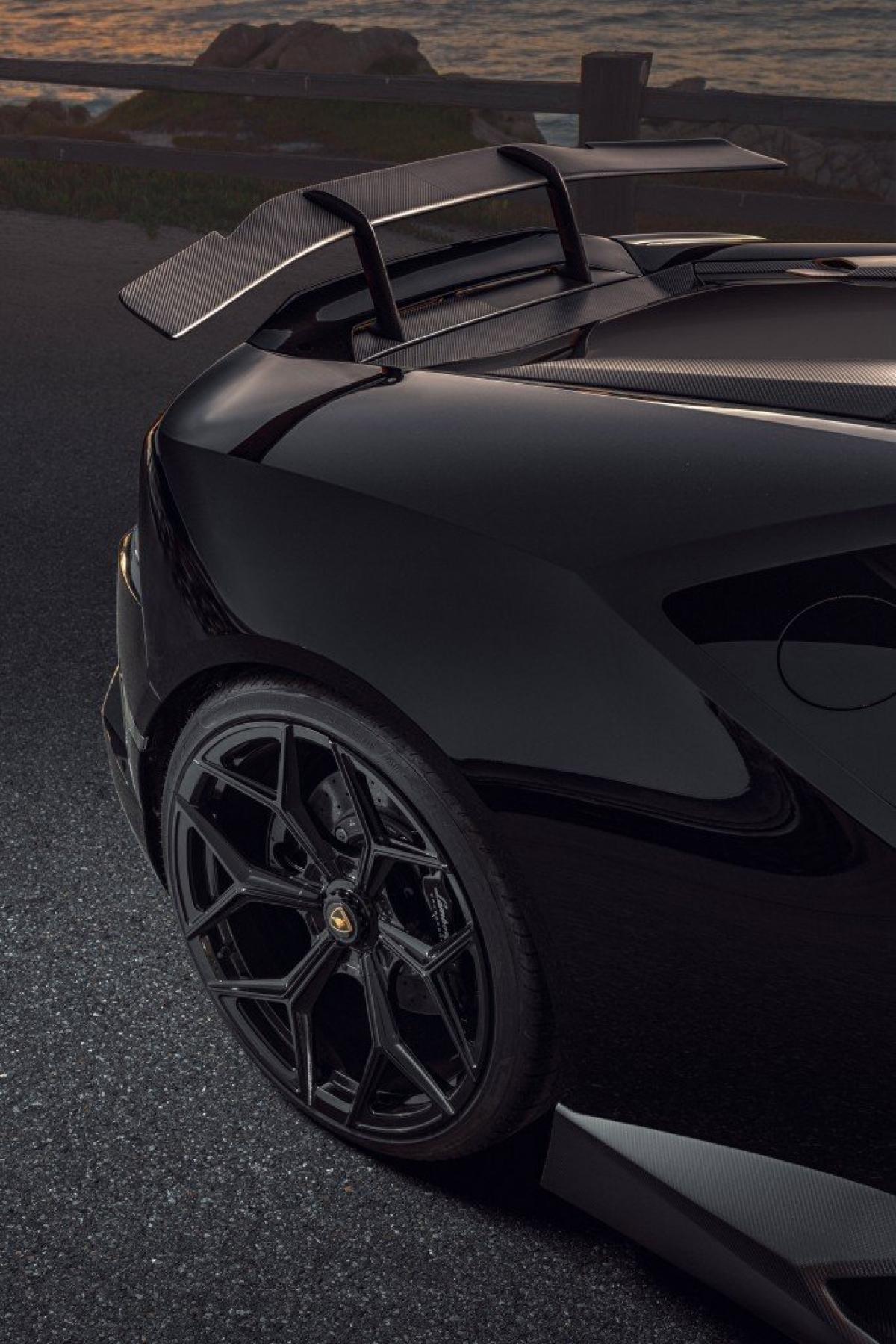 Tất cả các chi tiết nâng cấp ngoại thất bên ngoài của Novitec dành cho Lamborghini Huracan EVO RWD có thể được lựa chọn hoàn thiện bề mặt sợi carbon mờ hoặc phủ bóng.