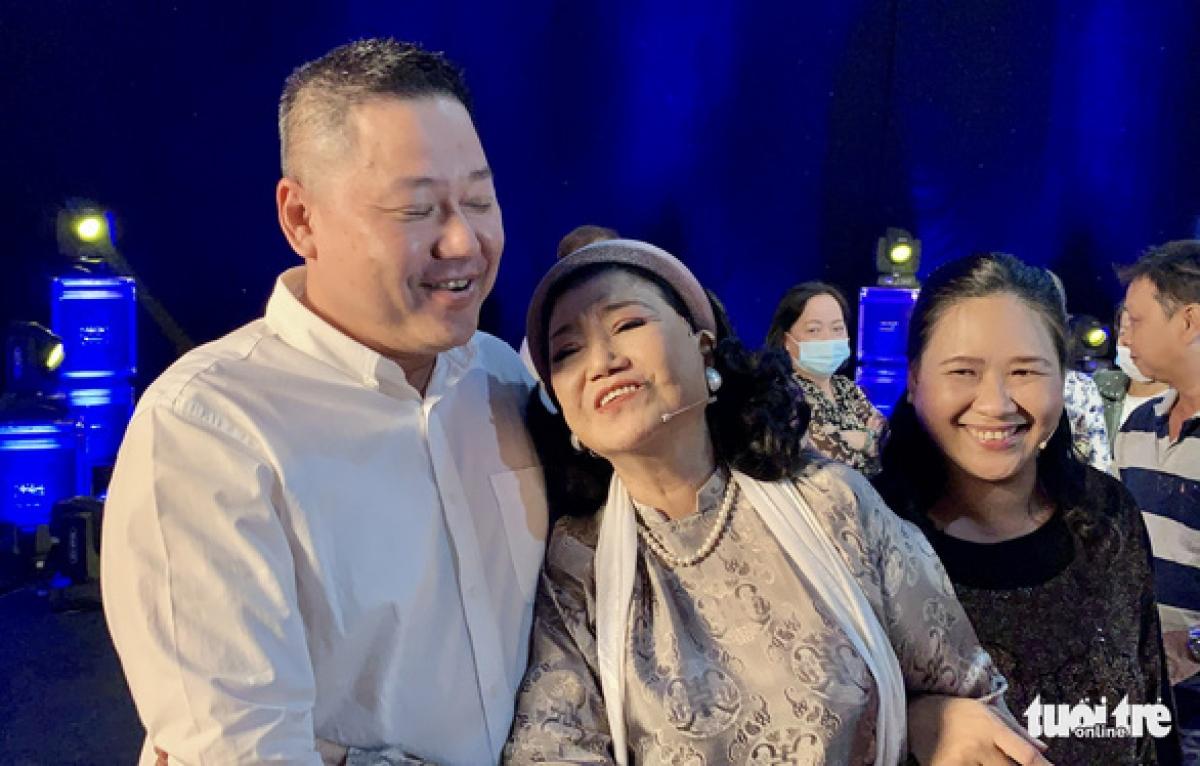 Nghệ sĩ Kim Cương hạnh phúc bên con trai và con gái nuôi (Ảnh: Phương Nam)