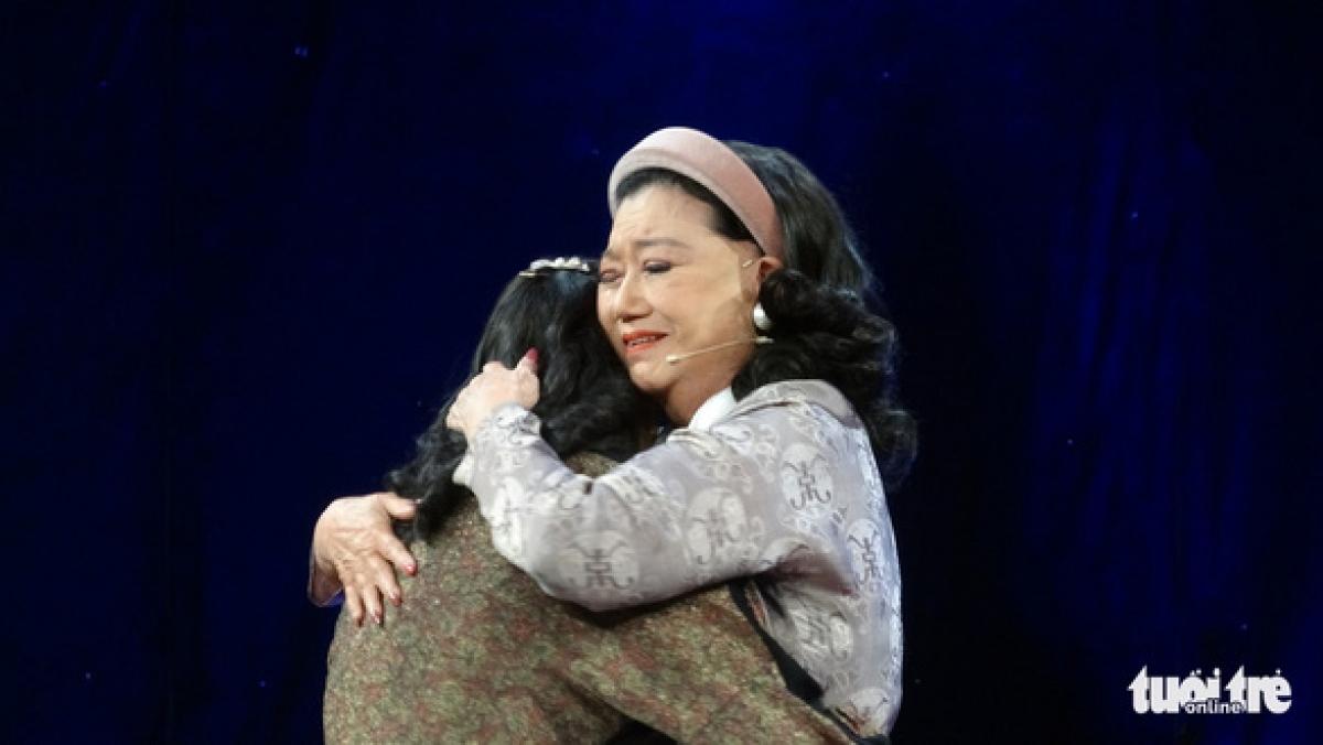 Thương Thương xúc động ôm chầm lấy nghệ sĩ Kim Cương (Ảnh: Phương Nam)