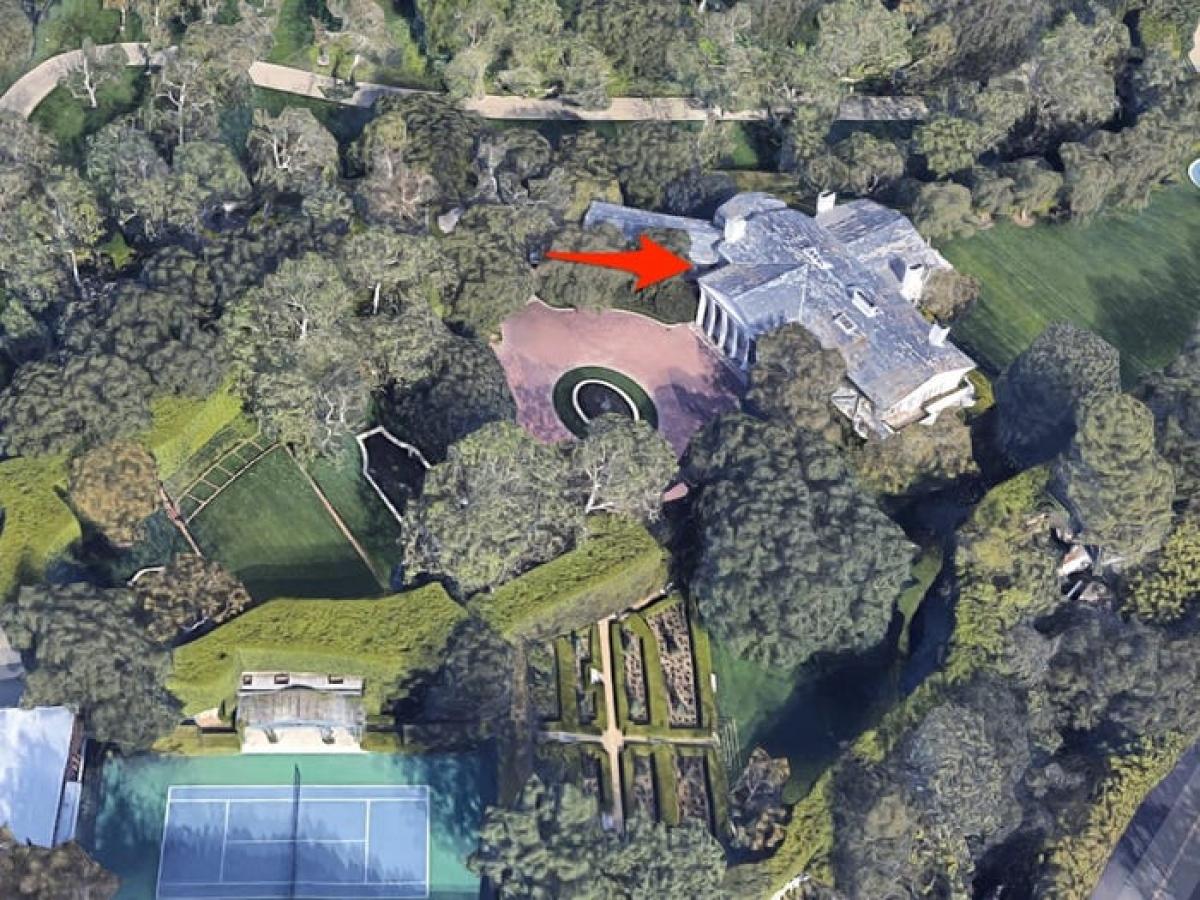 Jeff Bezos mạnh tay chi 165 triệu USD để mua một trong những dinh thự đắt đỏ nhất tại Los Angeles.