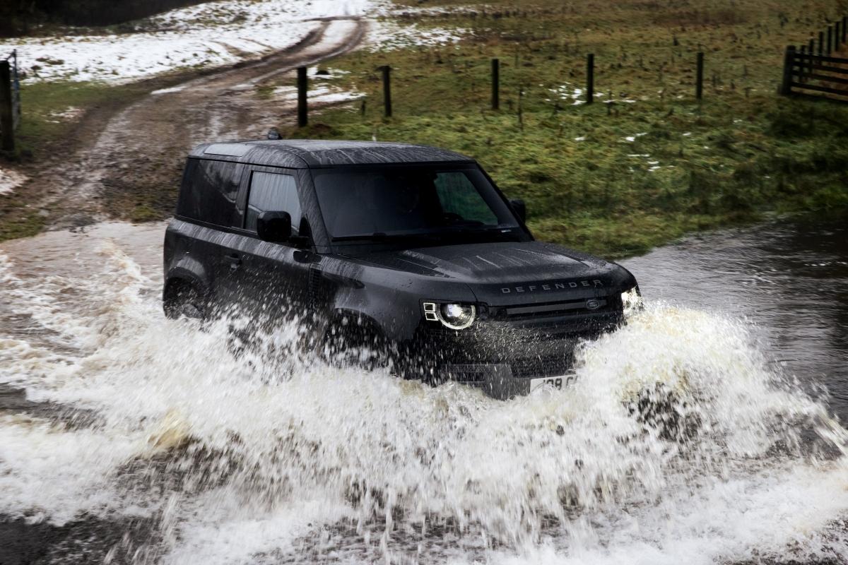 Land Rover Defender V8 đã được điều chỉnh hệ thống treo...