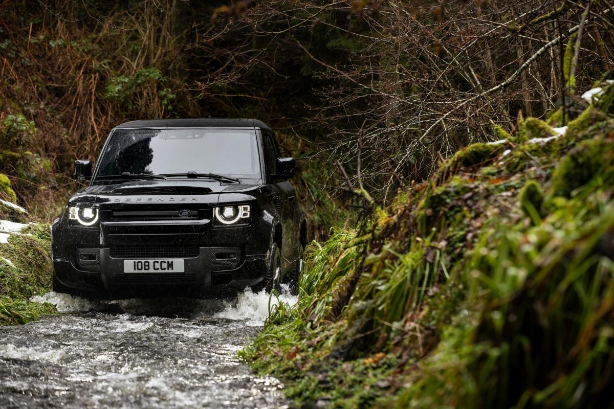 Với chế độ lái Dynamic mới trong hệ thống phản ứng địa hìnhgiúp người lái xe khai thác đặc tính một cách năng động hơn và khả năng xử lý cân bằng của Land Rover Defender V8 trên đường băng và bề mặt sụt lún.