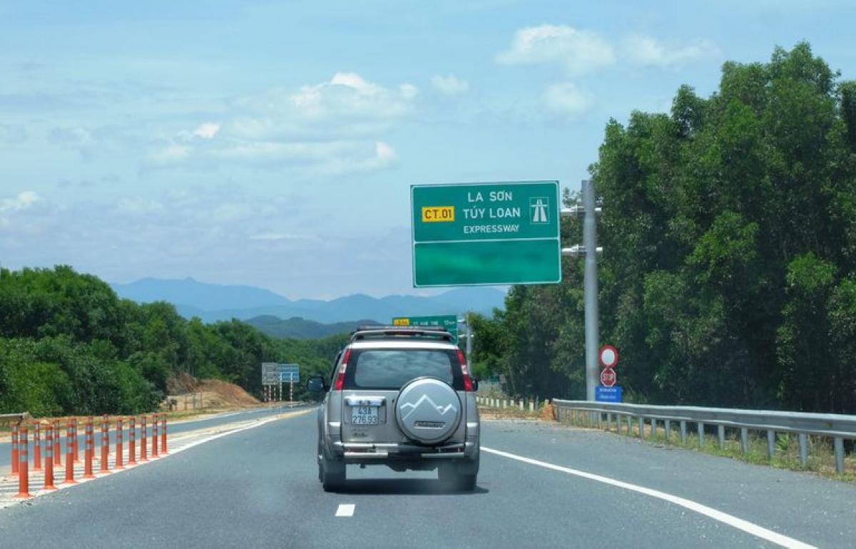 Một đoạn cao tốc La Sơn - Túy Loan.