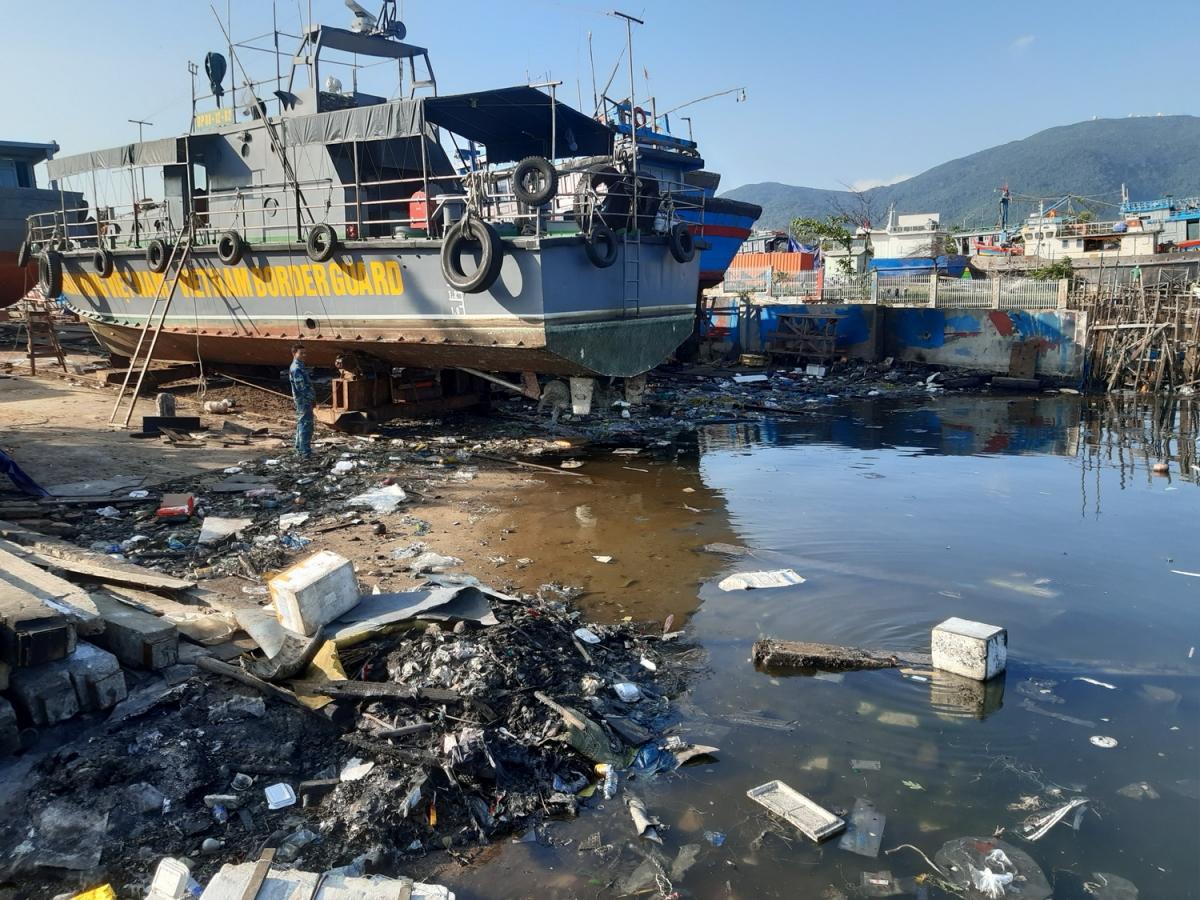 Lượng rác gần khu vực các cơ sở triền đà đóng mới, sửa chữa tàu thuyền tại âu thuyền Thọ Quang tồn động chưa được thu gom