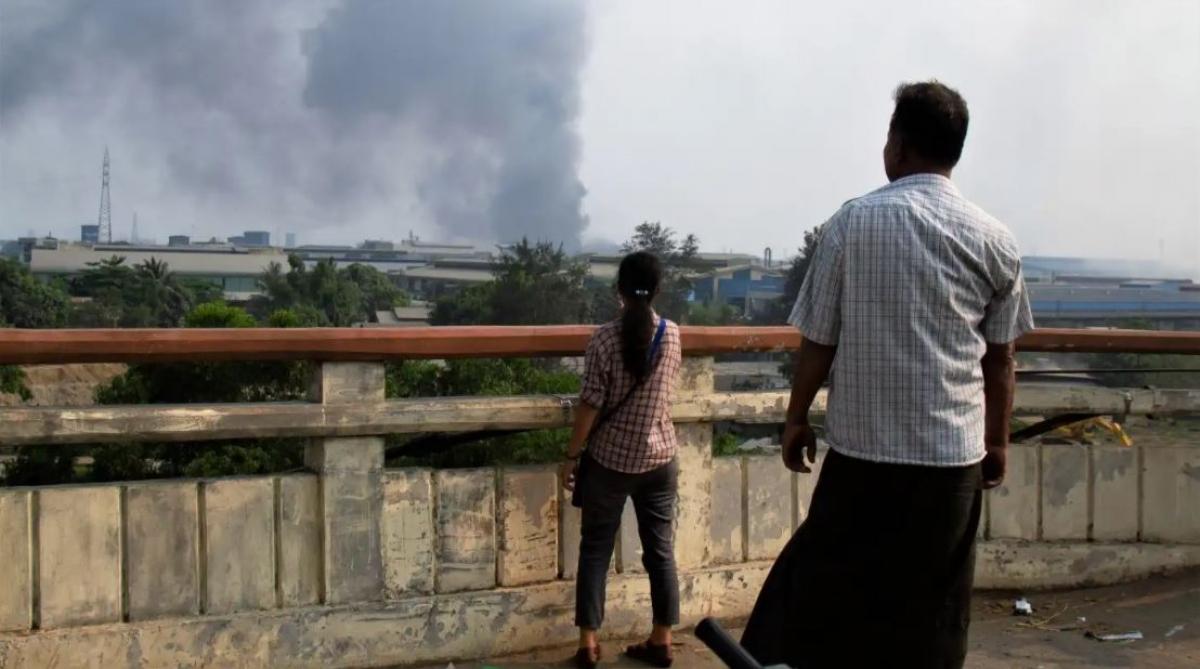 Khói bốc lên từ một nhà máy ở Hlaingthaya, thành phố Yangon, Myanmar ngày 14/3. Ảnh: Reuters