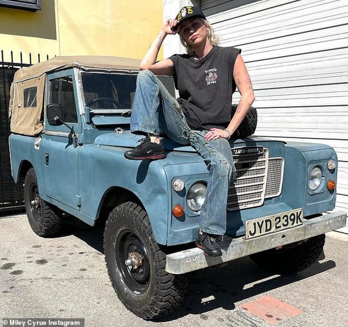 Trên Instagram, Miley Cyrus chia sẻ loạt ảnh cô tạo dáng siêu ngầu bên chiếc xe Land Rover cổ điển.