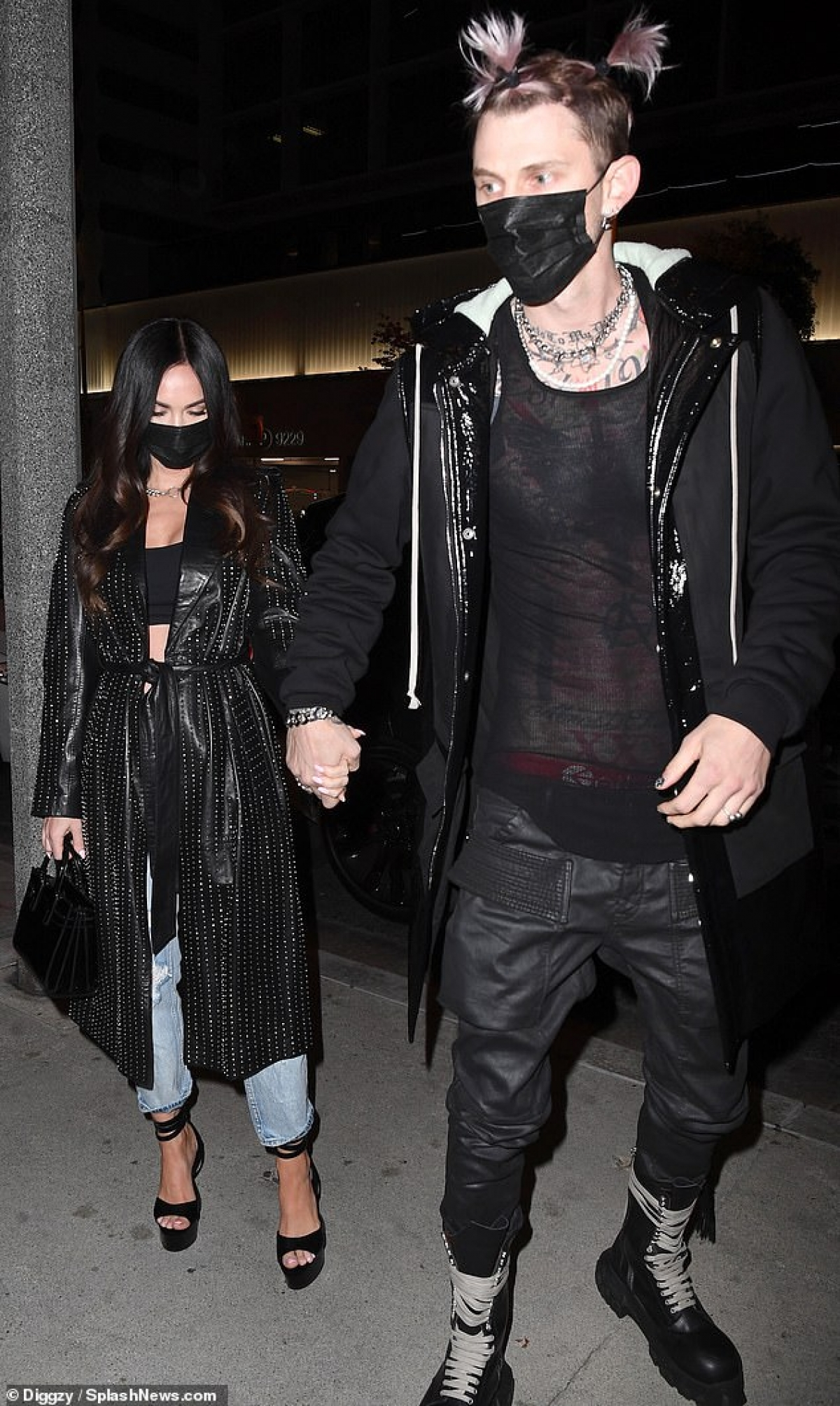 Bạn trai của Megan Fox buộc tóc và nhuộm hồng ấn tượng.