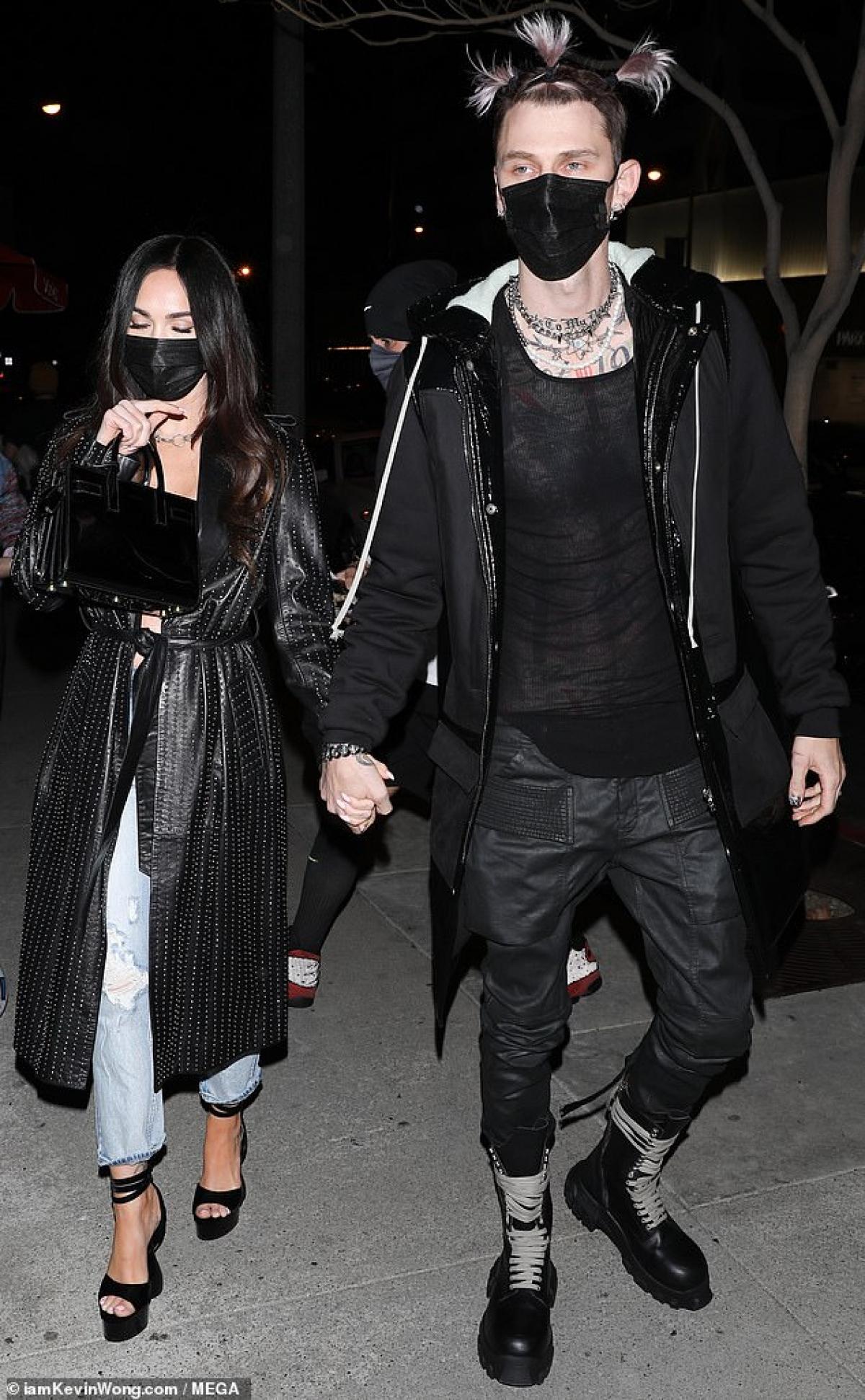 Cả hai mặc đồ đồng điệu, sang chảnh.