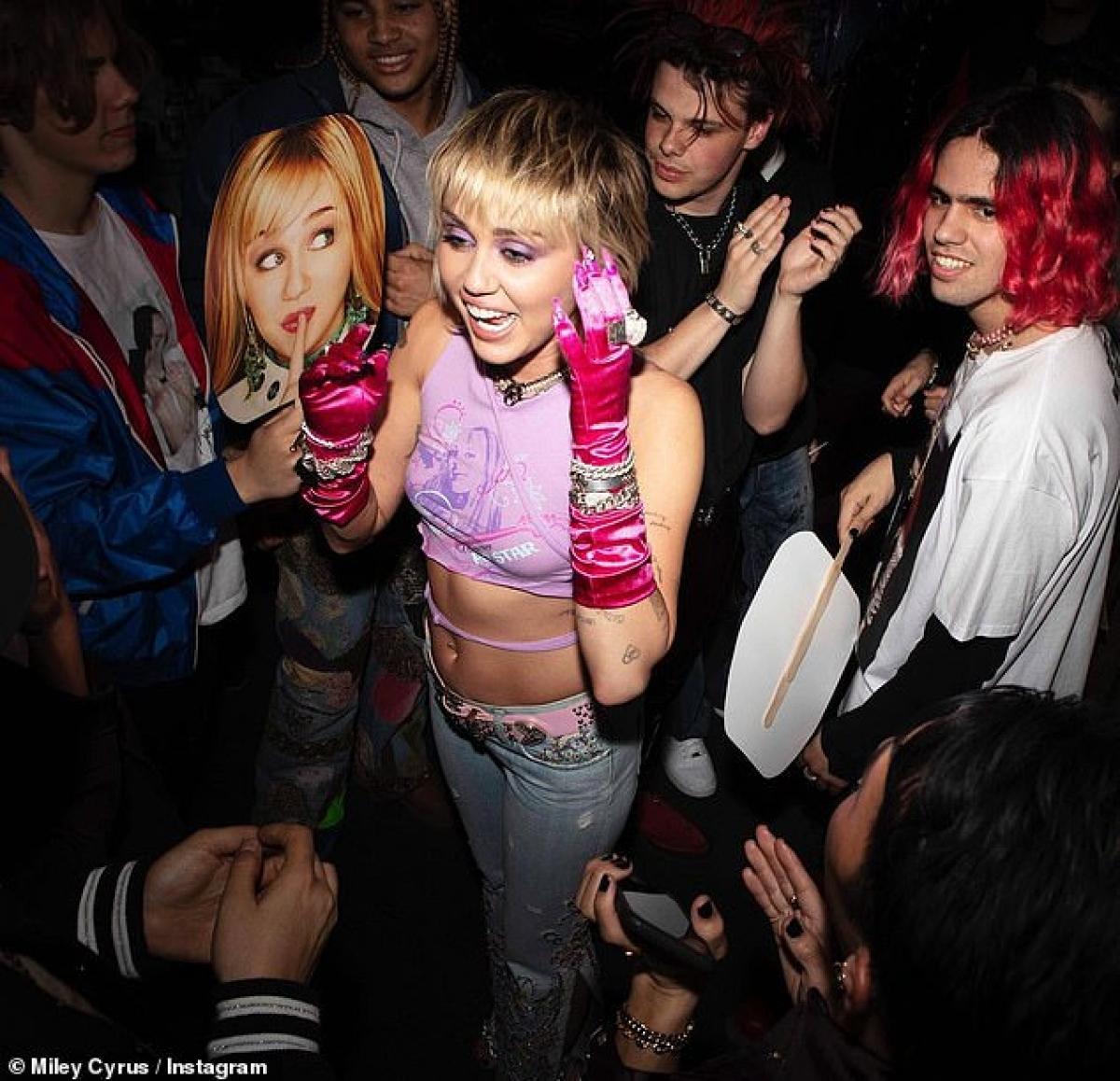 Tuy nhiên, vào ngày 27/3, Miley Cyrus đã phủ nhận với People.