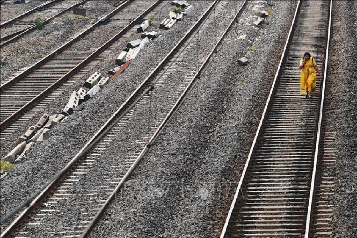 Nhiều chuyến tàu bị đình trệ do mất điện tại Mumbai, Ấn Độ, ngày 12/10/2020. Ảnh: AFP/TTXVN