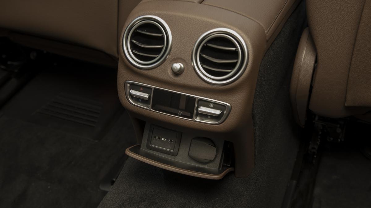 Người lái có thể điều khiển hệ thống giải trí MBUX thông qua 4 hình thức khác nhau bao gồm: Màn hình cảm ứng 12,3 inch, điều khiển bằng giọng nói, nút điều khiển cảm ứng trên tay lái hoặc bàn điều khiển touchpad. Hành khách cũng có thể trải nghiệm chất lượng âm thanh trung thực từ hệ thống loa Burmester 13 loa công suất 590 watt.