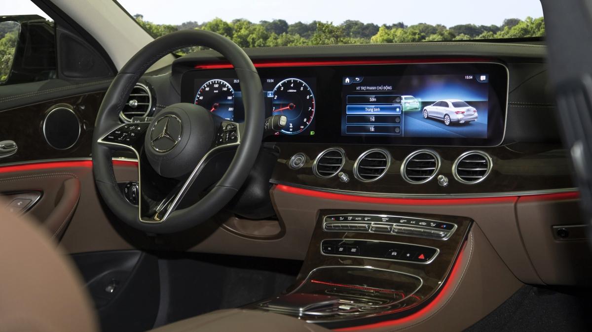 Khoang nội thất của E-Class nâng cấp hướng đến một không gian mở nhờ việc bố trí thông minh các cụm điều khiển và sử dụng các vật liệu cao cấp như da, gỗ, hợp kim nhôm. Phiên bản E 300 AMG sở hữu nội thất bọc da Nappa cùng ốp gỗ open pore màu đen, còn phiên bản E 200 được bọc da cao cấp và ốp gỗ màu nâu bóng.