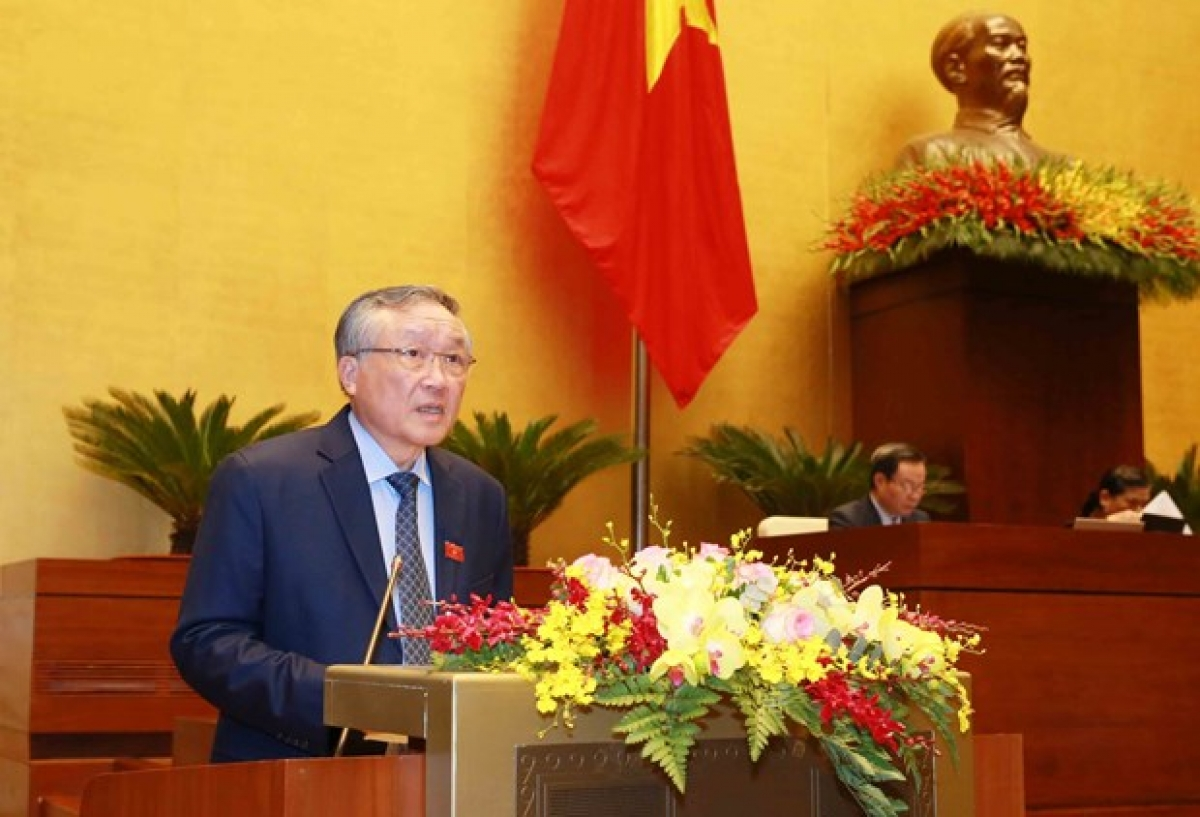 Chief Justice of the Supreme People's Court Nguyen Hoa Binh presents the working report at the meeting.