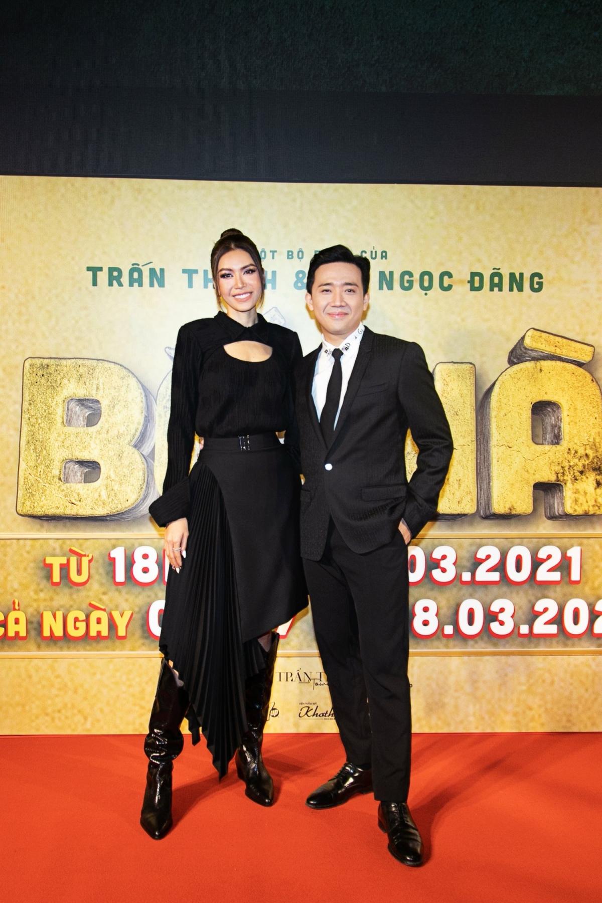 Chân dài rạng rỡ đến chúc mừng người anh Trấn Thành và dàn diễn viên trong phim. Đây đều là những người bạn thân thiết mà cô dành tình cảm và sự mến mộ trong nghề, và trước đó Minh Tú cũng lấn sân sang diễn xuất nên dành tình cảm rất đặc biệt cho phim Việt Nam.