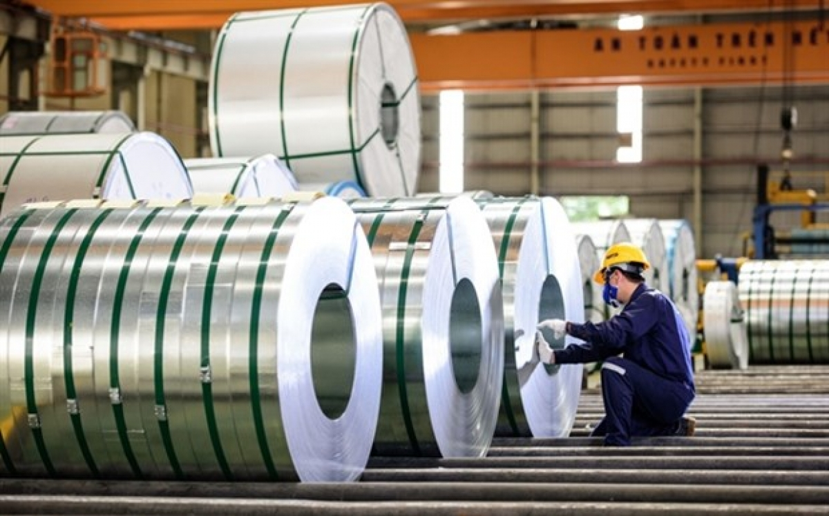 Some local enterprises have a legal department that specialises in dealing with the trade remedies in foreign markets, especially in the sectors producing key export products such as steel (Photo: tapchicongthuong.vn)