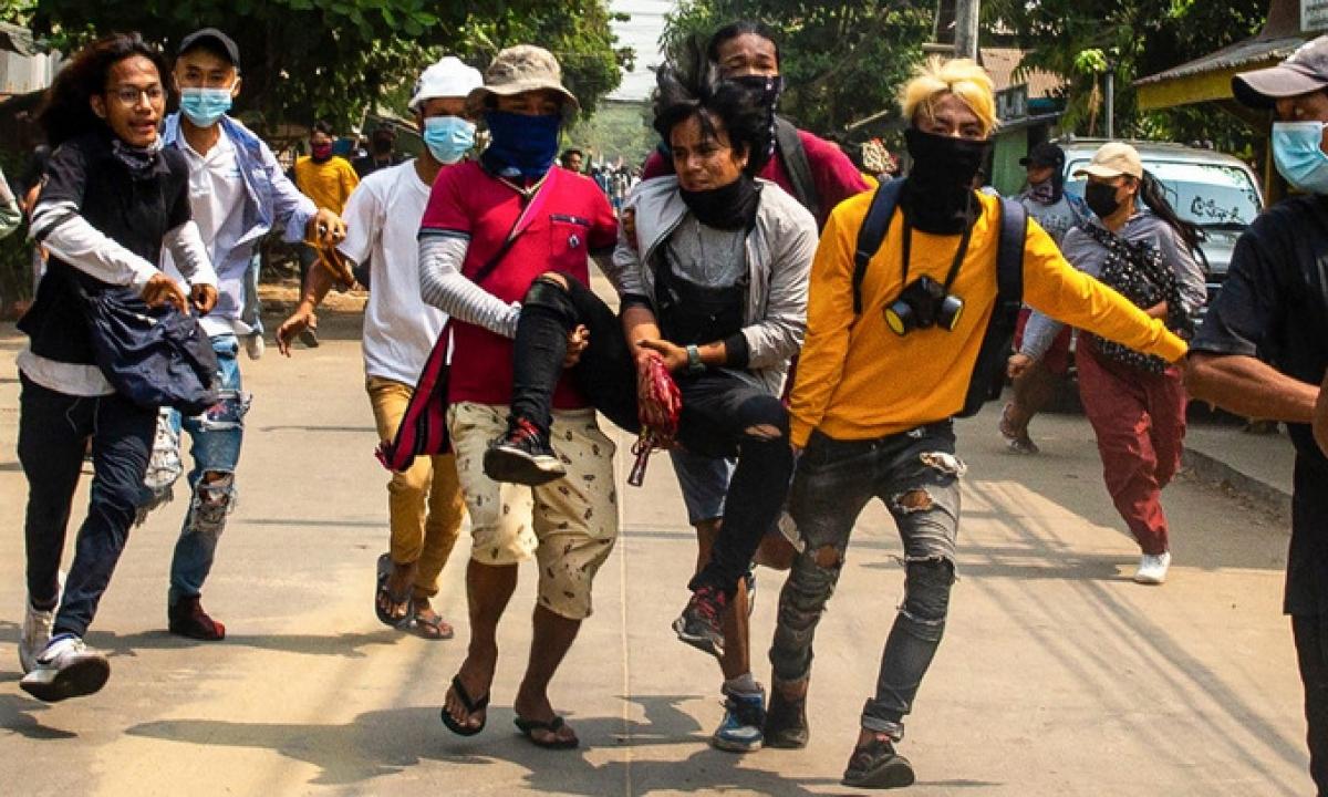 Người biểu tình bị thương trên đường phố Yangon hôm 29/3. Ảnh:AFP.
