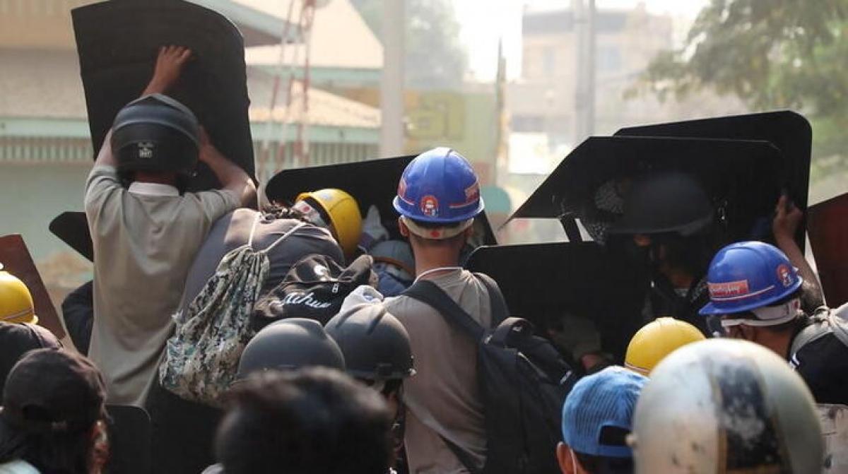 Biểu tình diễn ra tại nhiều thành phố Myanmar. Ảnh: Reuters