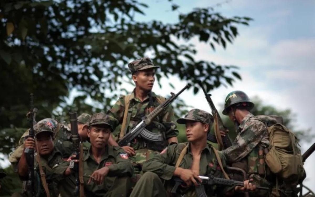 Quân đội Độc lập Kachin (KIA) tham gia bảo vệ biểu tình chống lại chính quyền quân sự Myanmar. Ảnh: Twitter.