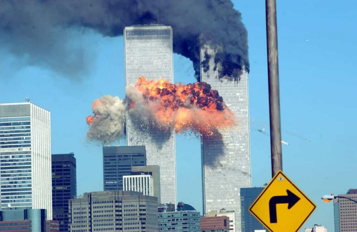 Năm 2001: Hai tòa tháp đôi của Trung tâm thương mại thế giới bốc cháy sau khi bị không tặc lao máy bay vào trong vụ khủng bố xảy ra ngày 11/9/2001.