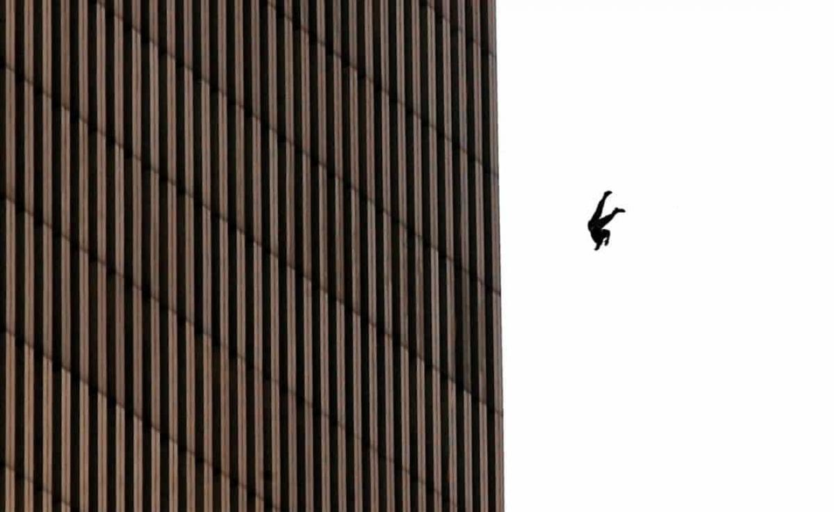 Năm 2001:Một người đàn ông rơi khỏi Trung tâm thương mại Thế giới trong vụ tấn công khủng bố ngày 11/9/2001.
