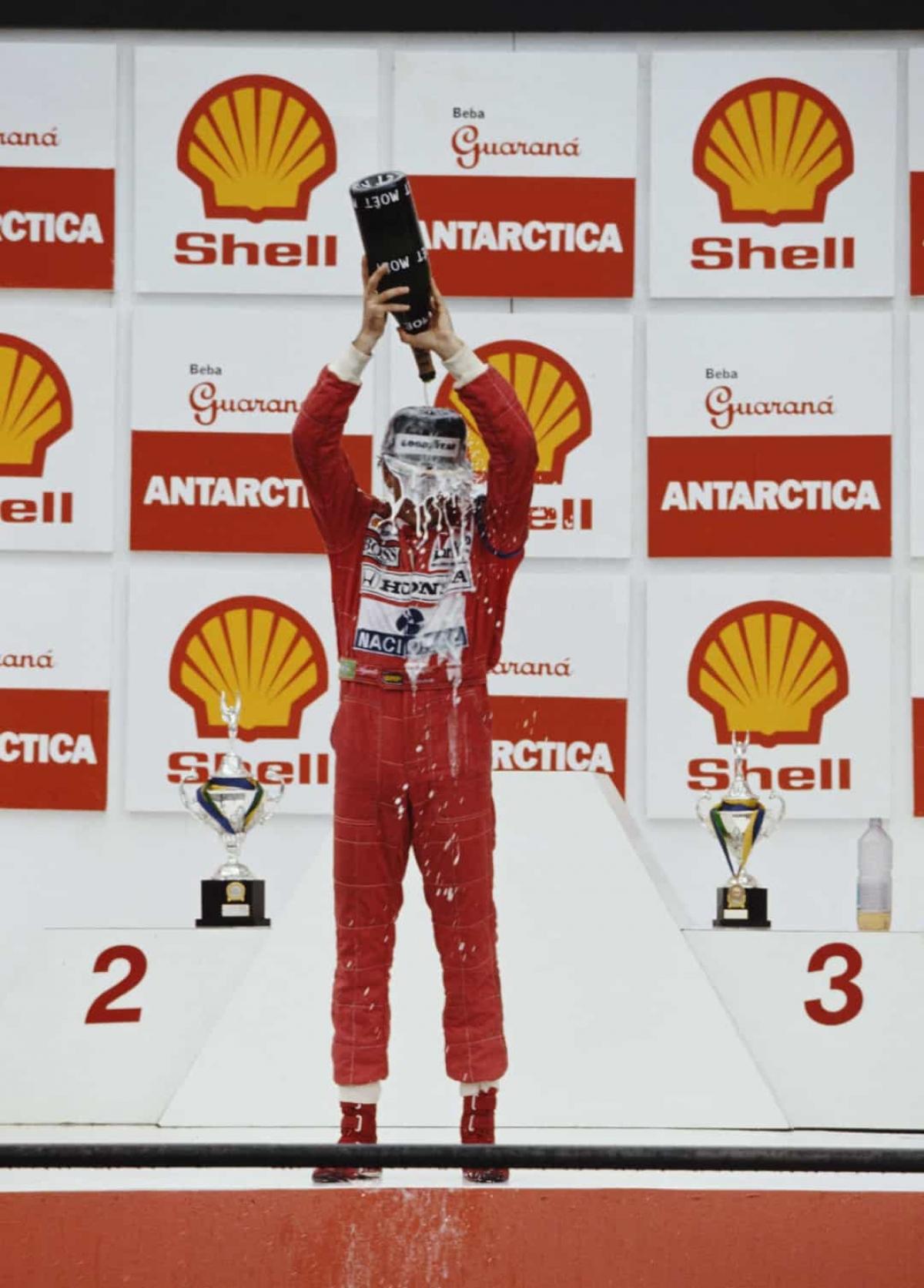 Năm 1991:Huyền thoại đua xe công thức 1 người Brazil Ayrton Senna giành giải Grand Prix Brazil vào ngày 24/3/1991 tại đường đua Autódromo José Carlos Pace ở Interlagos, Brazil.