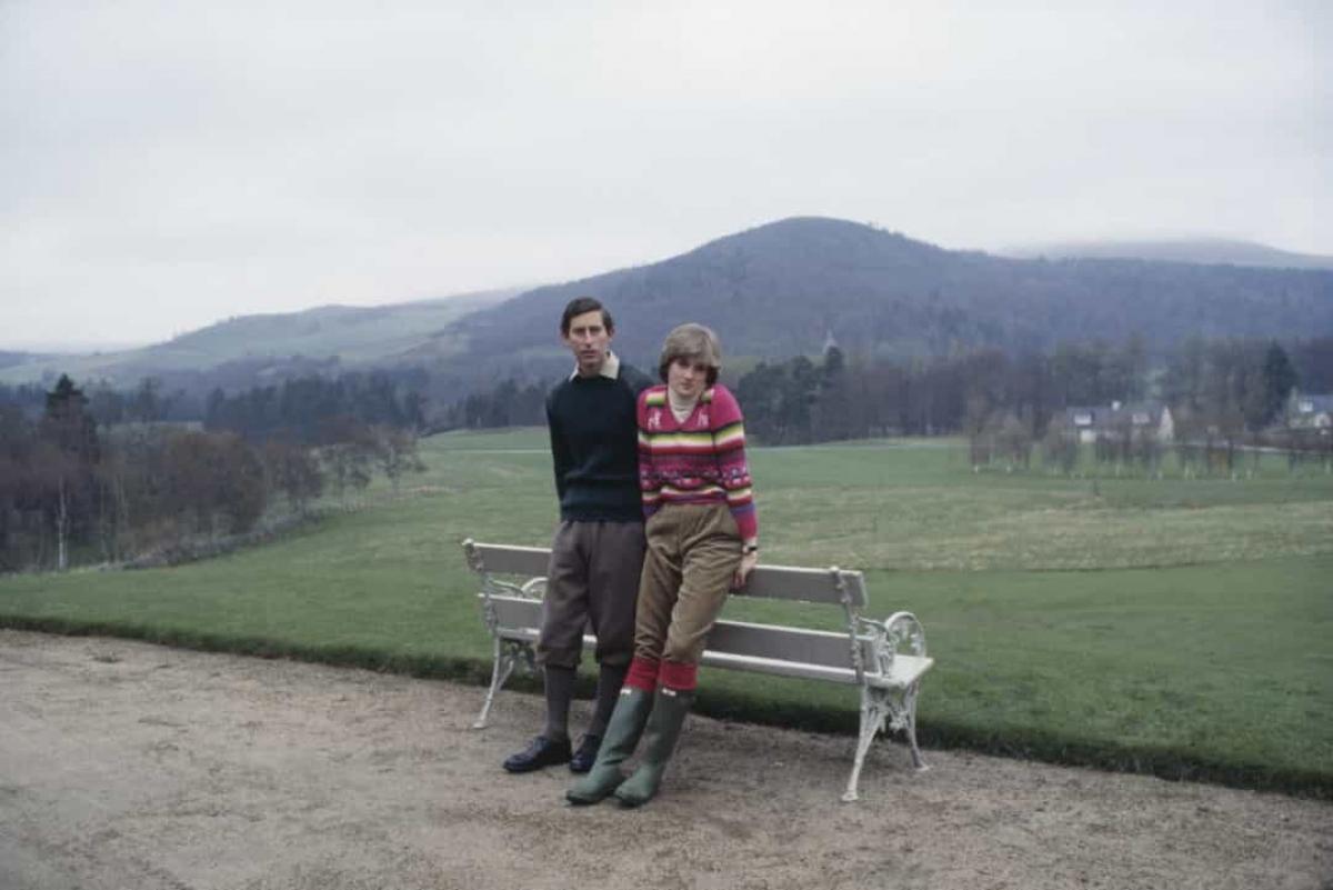 Năm 1981:Thái tử Charles cùng vị hôn thê Lady Diana Spencer chụp ảnh tại khu bất động sản Balmoral ở Scotland vào ngày 6/5/1981.