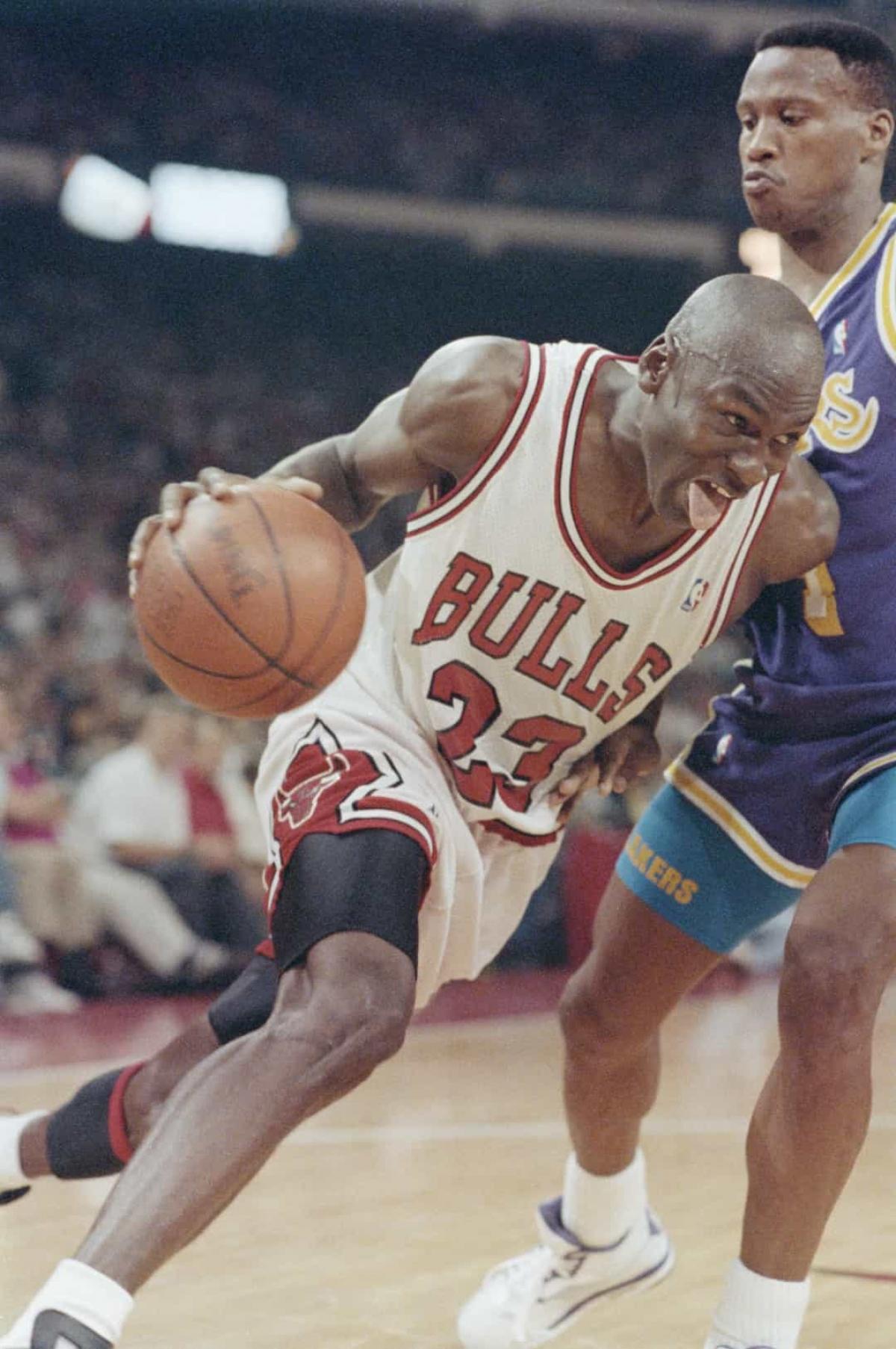 Năm 1991:Huyền thoại bóng rổ Michael Jordan của đội bóng Chicago Bulls trong trận chung kết NBA với Los Angeles Lakers vào ngày 2/6/1991 tại sân vận động Chicago.