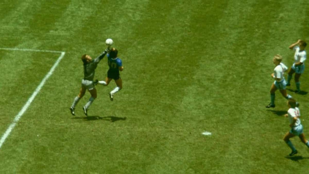 """Năm 1986: Ngôi sao bóng đá Diego Maradona ghi bàn thắng """"Bàn tay của Chúa"""" vào lưới đội tuyển Anh trong trận Tứ kết FIFA World Cup 1986 vào ngày 22/6/1986 tại Mexico City."""