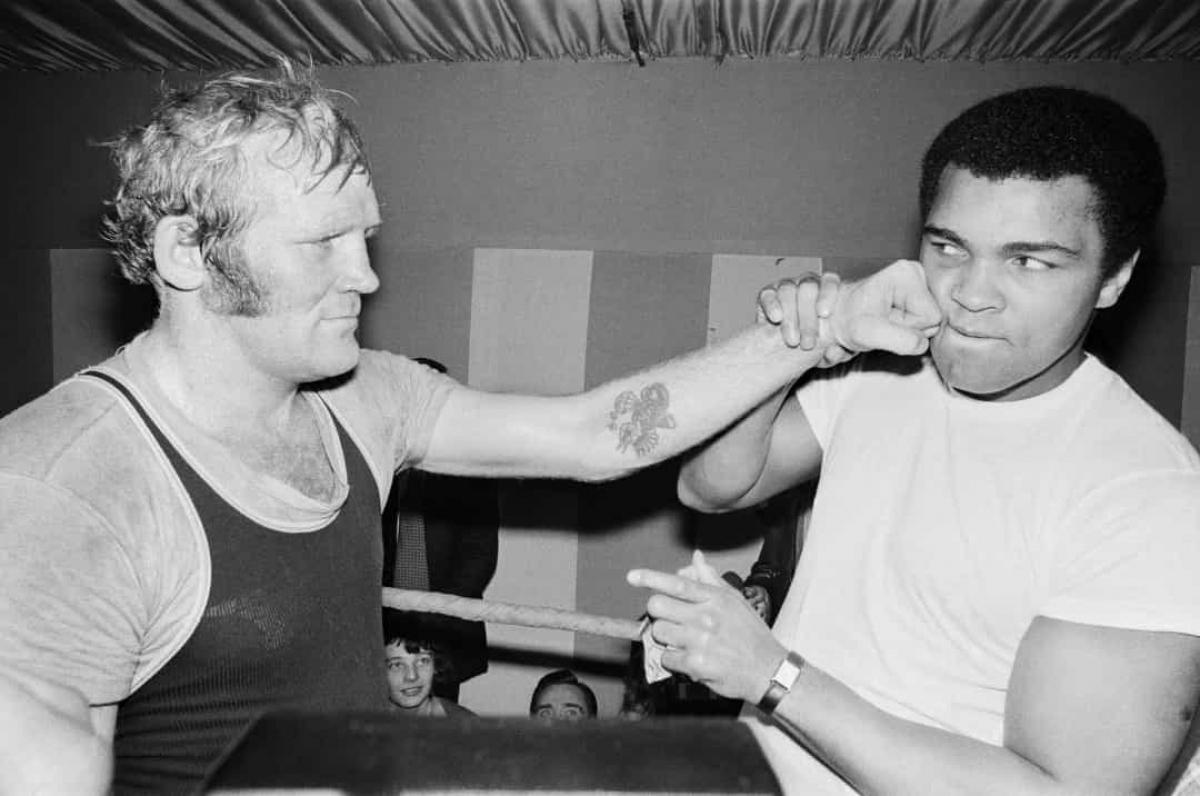 Năm 1976:Muhammad Ali và nhà vô địch hạng nặng người Anh, Richard Dunn tại London, vào ngày 10/3/1976.