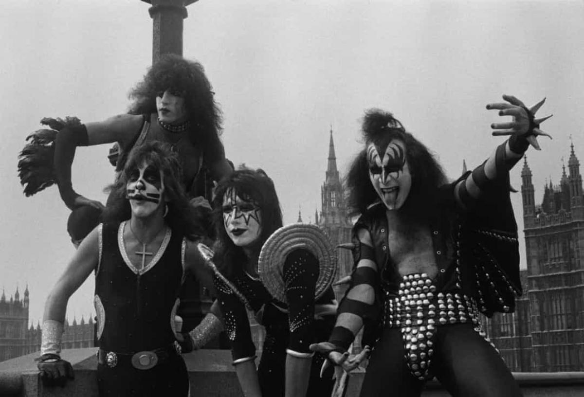 Năm 1976: Nhóm KISS tạo dáng trên cầu Westminster ở London trong chuyến thăm đầu tiên của họ đến Anh vào ngày 10/5/1976.