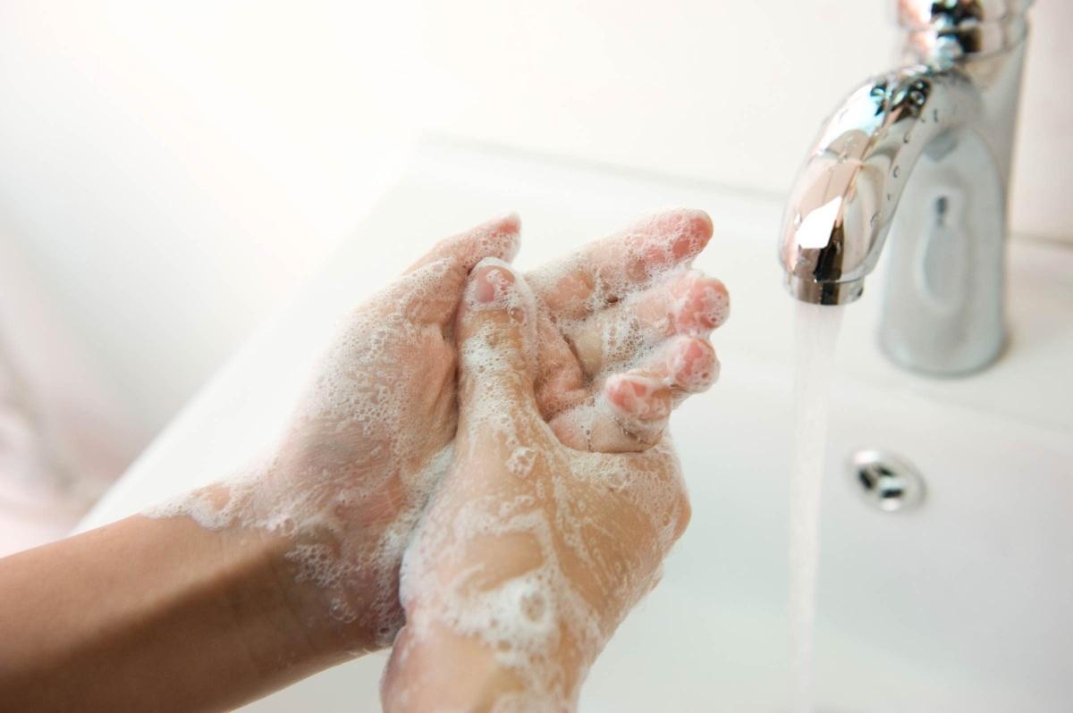Không rửa tay kỹ càng: Bỏ qua móng tay khi rửa tay là một sai lầm tai hại, vì điều này sẽ cho phép vi khuẩn tích tụ dưới móng tay, làm tăng nguy cơ lây lan vi khuẩn qua đường ăn uống. Hãy vệ sinh móng tay sạch sẽ mỗi ngày.