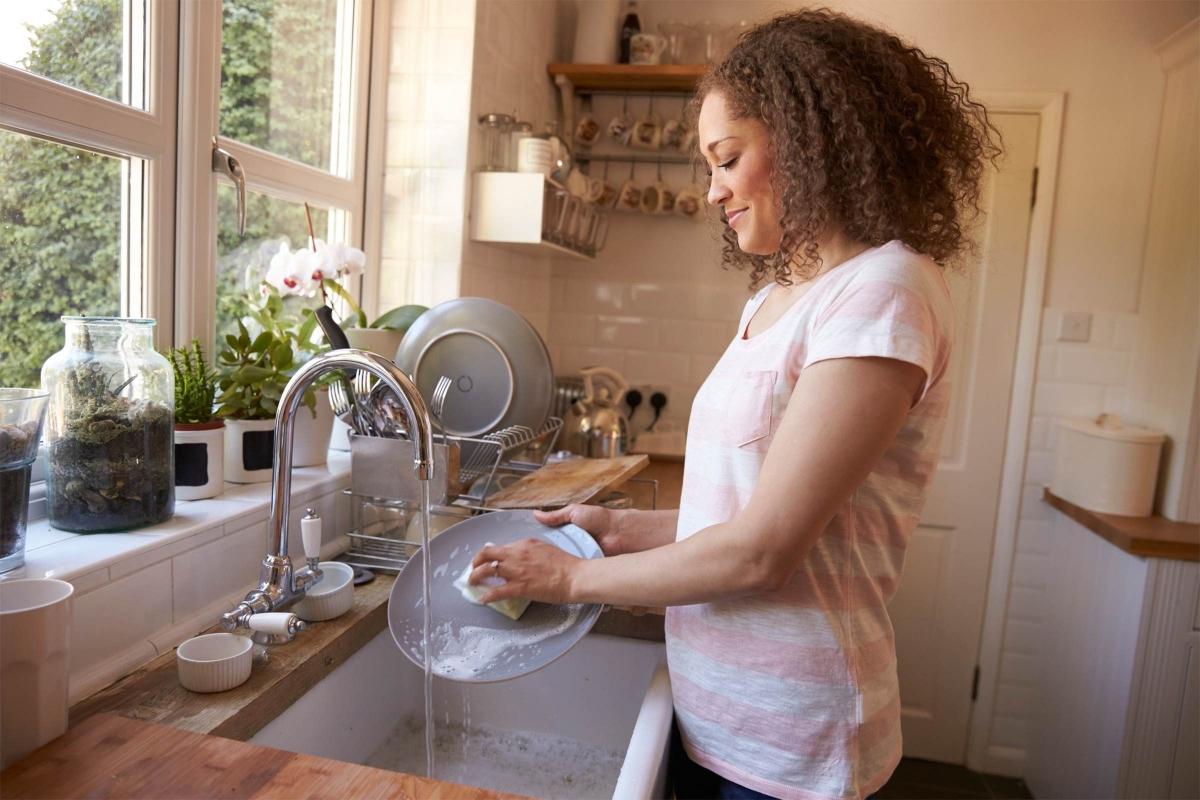 Rửa bát mà không đeo găng tay: Khi ngâm trong nước, móng tay sẽ sưng phồng lên, dẫn đến tình trạng móng tay yếu, dễ gãy. Thêm vào đó, các chất tẩy rửa có thể khiến móng tay và da tay trở nên khô ráp. Tốt nhất bạn nên đeo găng tay cao su khi rửa bát hoặc làm các công việc có tiếp xúc với nước và chất tẩy rửa khác.