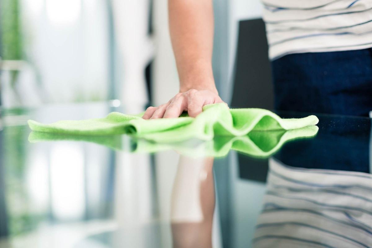 Dọn nhà mà không dùng găng tay: Cũng giống như rửa bát, việc dọn nhà không dùng găng tay cũng có thể khiến móng tay của bạn xấu xí, yếu và dễ gãy. Các chất tẩy rửa chứa cồn đặc biệt có hại cho móng tay.